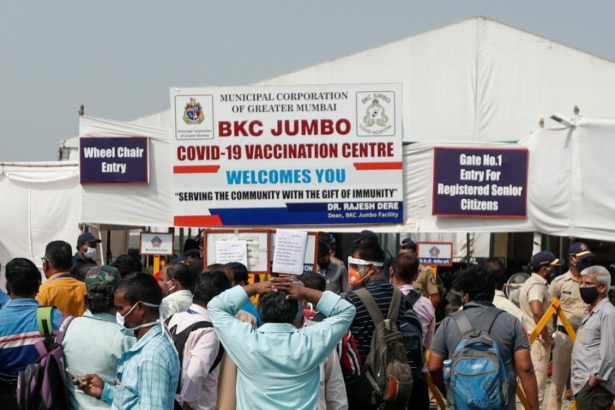 Người dân đứng bên ngoài một trung tâm tiêm chủng ở Mumbai ngày 9/4 sau khi nhận được thông báo không còn vaccine Covid-19. Ảnh: Reuters