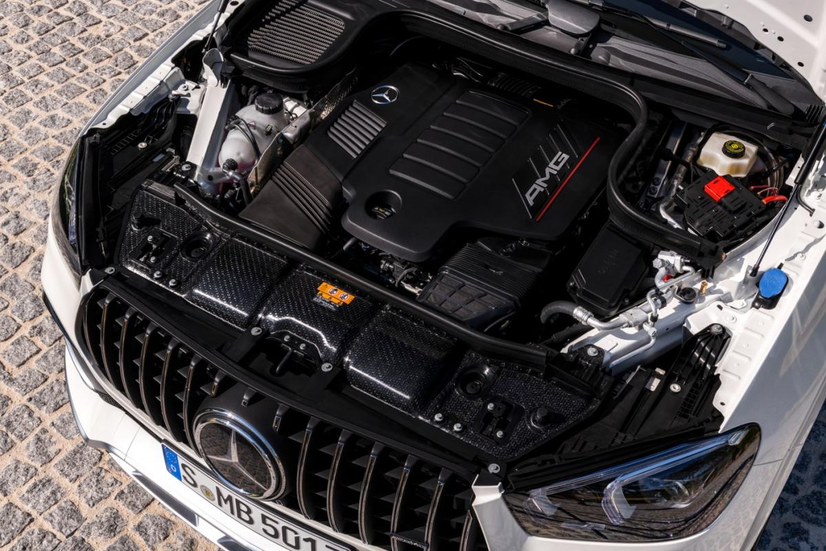 Hệ dẫn động AMG Performance 4MATIC+ cho phép linh hoạt phân bổ sức kéo giữa cầu trước và cầu sau, thậm chí có thể trở thành chiếc xe cầu sau hoàn toàn. GLE 53 4MATIC+ Coupé có khả năng tăng tốctừ 0-100km/h chỉ trong 5,3 giây và đạt vận tốc tối đa 250km/h. Người lái có thể lựa chọn cách thức vận hành của xe thông qua cụm điều khiển 5 chế độ lái AMG DYNAMIC SELECT tích hợp ngay trên vô lăng.