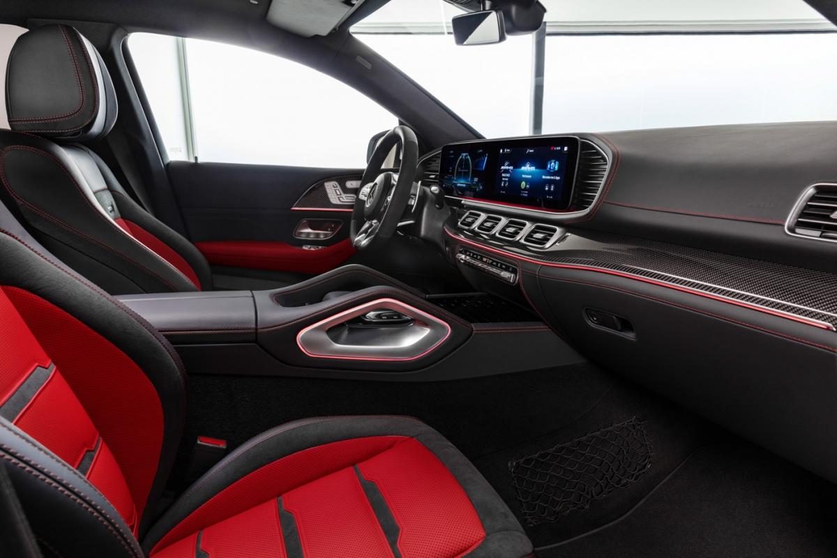 Nội thất được ốp sợi kim loại mang hơi thở hiện đại, tinh tế thay vì gỗ truyền thống. Màn hình giải trí tích hợp giao diện MBUX 12,3 inch được điều khiển thông qua Touchpad cảm ứng dạng thiết kế mới trên bệ điều khiển trung tâm cùng nút cảm ứng trên vô lăng. Hệ thống âm thanh Burmester® 13 loa, hỗ trợ kết nối Apple CarPlay/Android Auto và cổng sạc 5V (USB type C) cho cả 2 hàng ghế.
