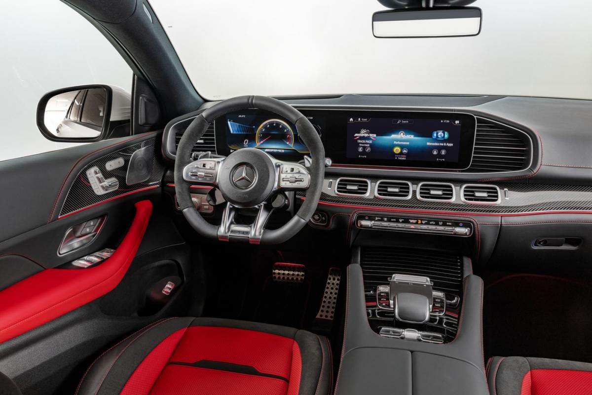 Bên trong, khoang lái của xe sở hữu hệ thống thông gió và sưởi ở 2 ghế trước cùng bộ ghế da Nappa 2 tông màu. Kính cách âm, cách nhiệt mang đến sự riêng tư và dễ chịu, cửa sổ trời toàn cảnh sẽ khai phóng một không gian rộng mở cho GLE 53 4MATIC+ Coupé.