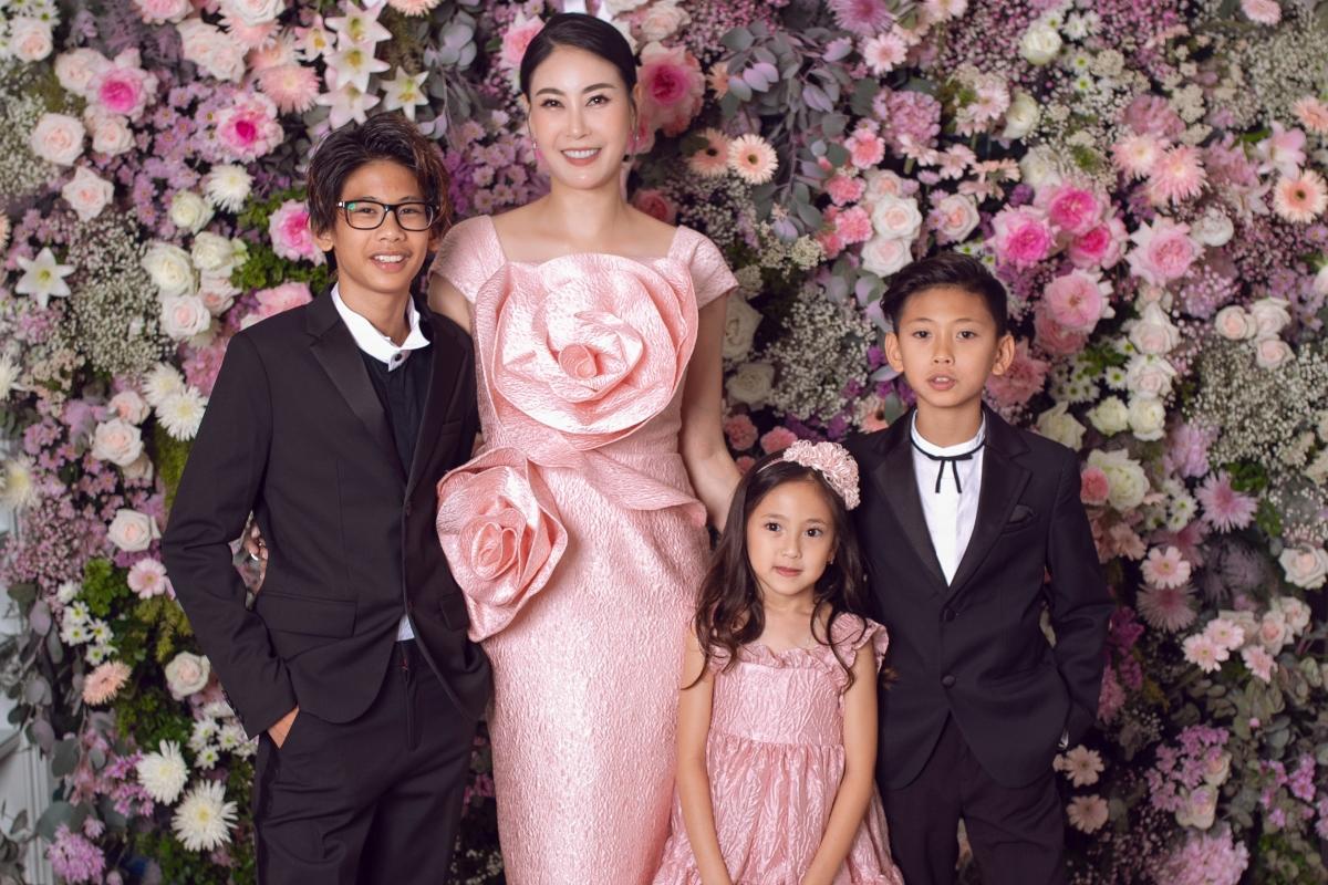 Đến chung vui cùng gia đình Đỗ Mạnh Cường có sự xuất hiện của Hoa hậu Hà Kiều Anhcùng con gái và 2 con trai. Hà Kiều Anh trẻ trung trong thiết kế đầm hồng với hoạ tiết hoato bản, trong khi đó bé Vivian diện đầm xoè nữtính, điệu đà. Các cậu bé đều diện vest đen lịch lãm.