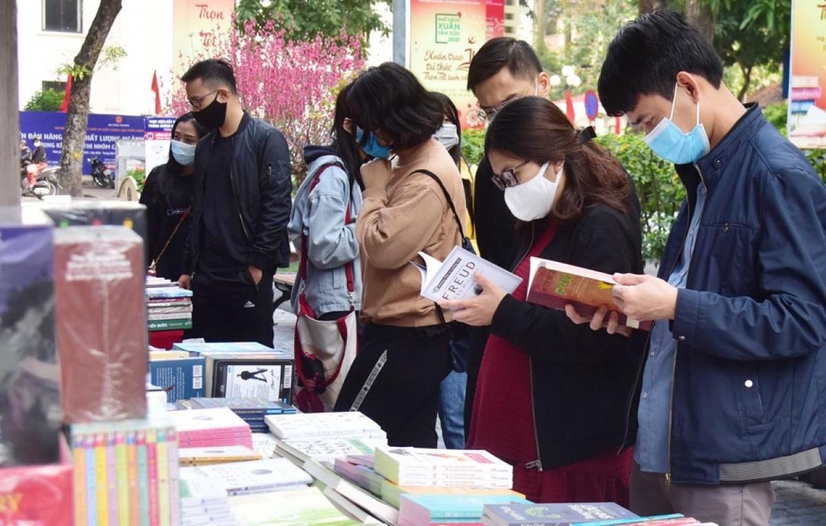 Nhiều đầu sách mới được độc giả quan tâm.