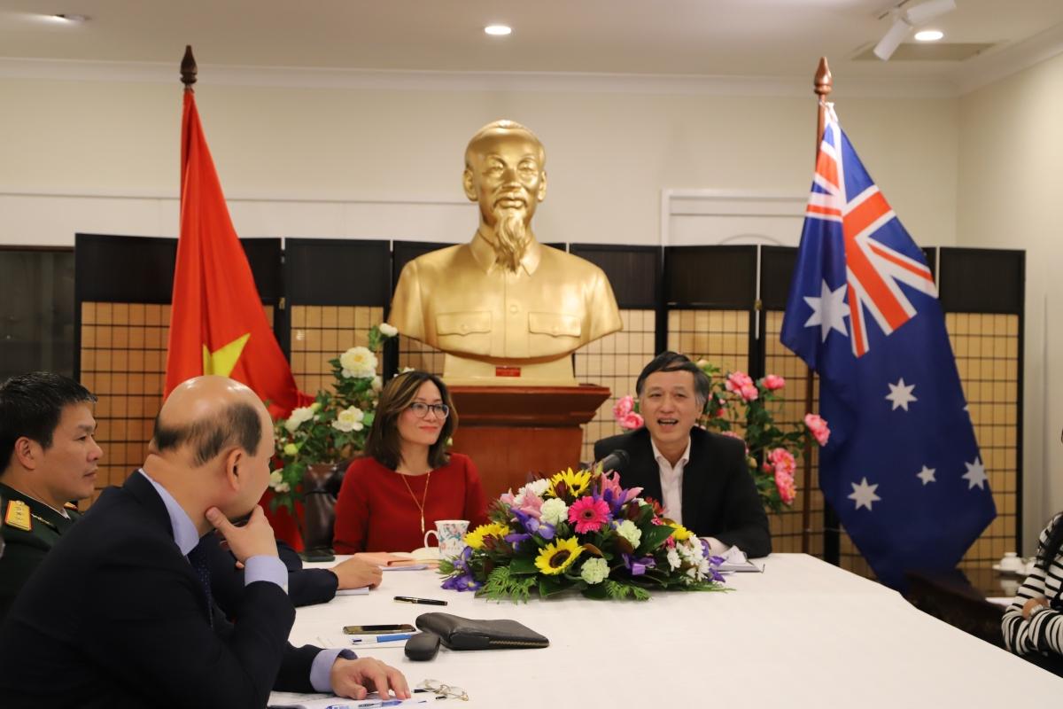 Đại sứ Việt Nam tại Australia Nguyễn Tất Thành (bên phải) đang chủ trì cuộc thảo luận.
