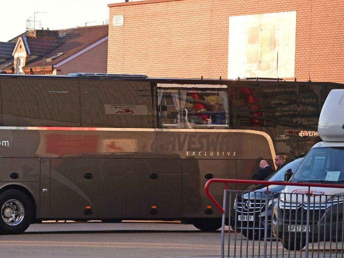 Xe bus chở Real Madrid tới sân Anfield đá trận tứ kết lượt về Champions League bị ném vỡ cửa kính.