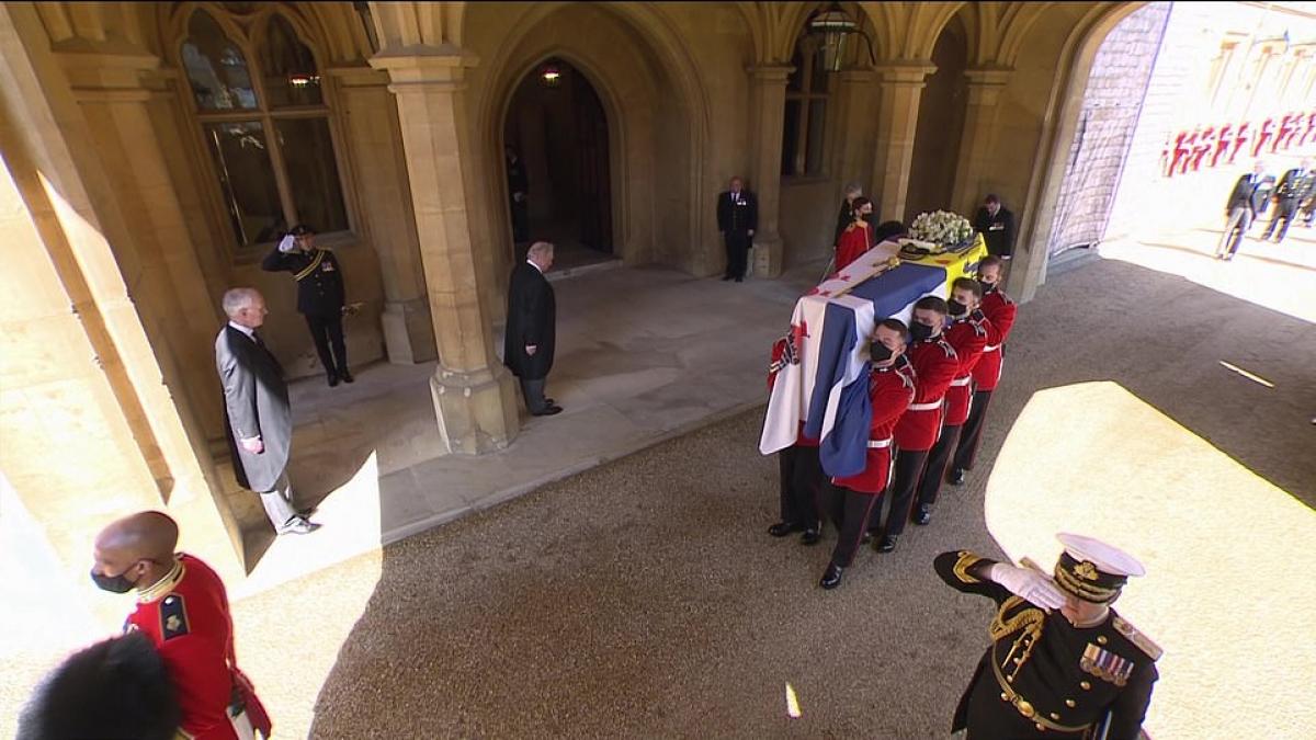 Tang lễ Hoàng thân Philip đã được tổ chức với loạt đại bác tiễn đưa, theo nghi lễ trang trọng nhưng vẫn tuân thủ quy tắc phòng chống dịch Covid-19.Ảnh: Daily Mail.