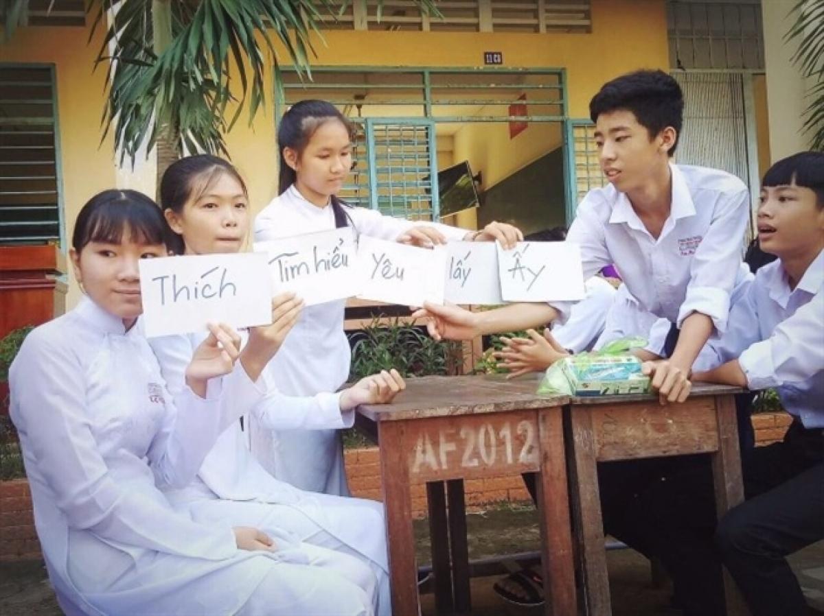 Học sinh được tìm hiểu kiến thức giáo dục giới tính qua một trò chơi. (Nguồn http://thptvothanhtrinh.edu.vn/)