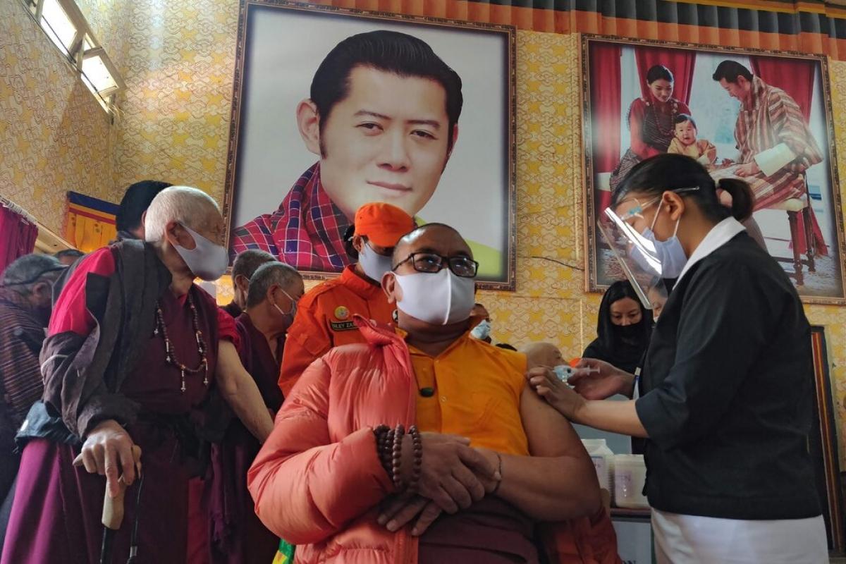 Một nhà sư được tiêm vaccine trong một ngôi trường ở Thimphu, thủ đô của Bhutan trong ngày đầu tiên của chiến dịch tiêm chủng. Ảnh: AFP