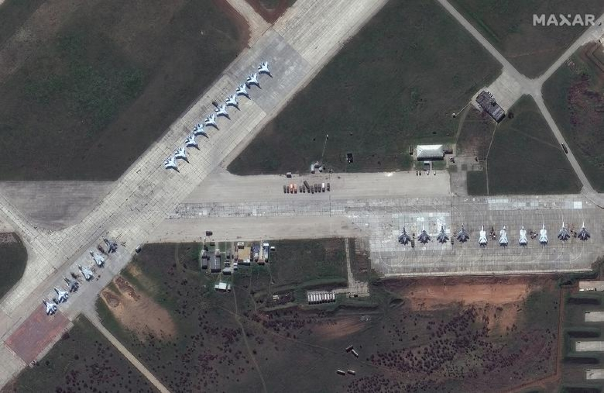 Ảnh vệ tinh cho thấy nhiều máy bay quân sự Nga, trong đó có các tiêm kích Su-30 tại căn cứ Saki ở Crimea, ngày 16/4.