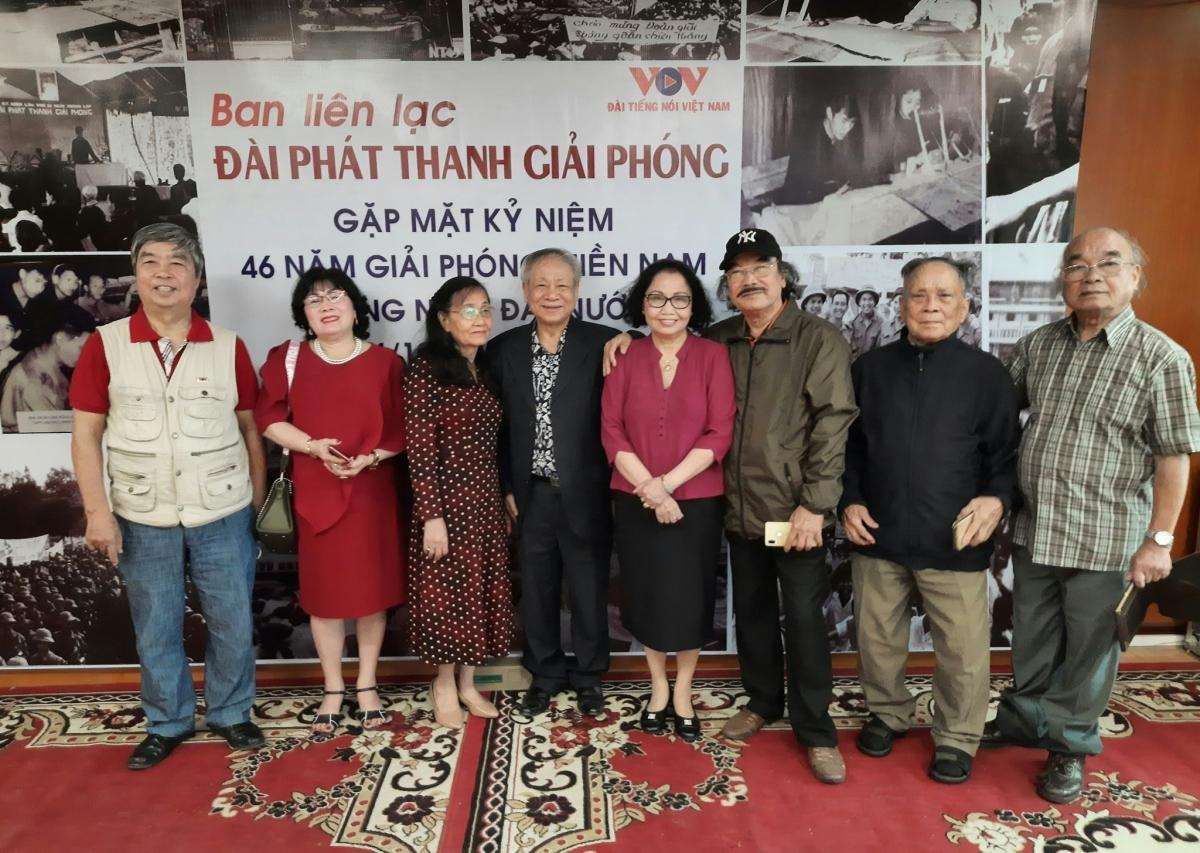 Nhà báo Hồng Mão ( thứ 2, từ phải sang) 92 tuổi từ Quảng Ngãi ra Hà Nội dự cuộc gặp mặt.