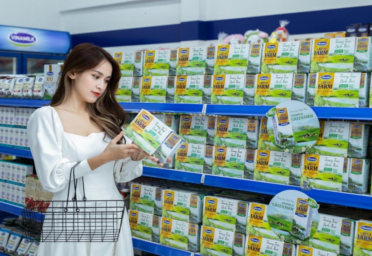 Diễn viên Tú Vi tìm hiểu các thông tin về sữa tươi Vinamilk Green Farm mới.