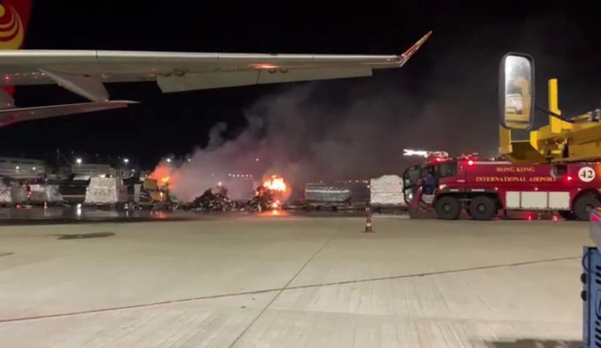 Sân bay Hồng Kông hỗn loạn vi sự cố bốc cháy từ lô hàng smartphone Vivo.