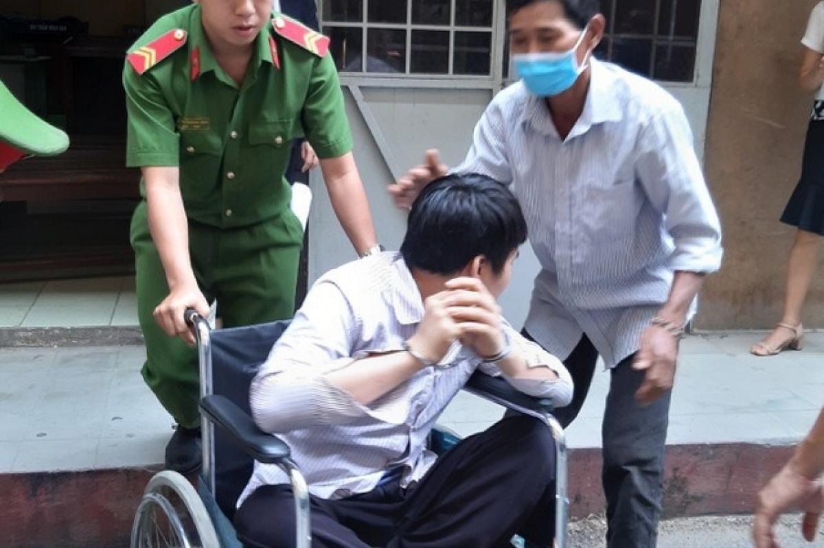 Định khó nhọc tới tòa trên chiếc xe lăn