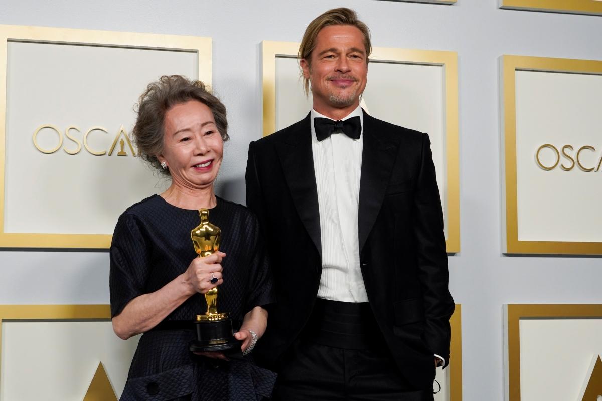 Brad Pitt và Youn Yuh-jung tại lễ trao giải Oscar 2021. Nguồn: Reuters