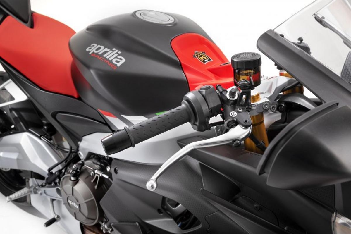 Chiều cao yên trên chiếc Aprilia RS660 2021 được thiết lập ở mức 820 mm cùng bình xăng dung tích 15 L. Chiếc RS660 sẽ cập bến đại lý Aprilia tại Malaysia từ giữa năm 2021, hiện khách hàng đã có thể đặt hàng./.
