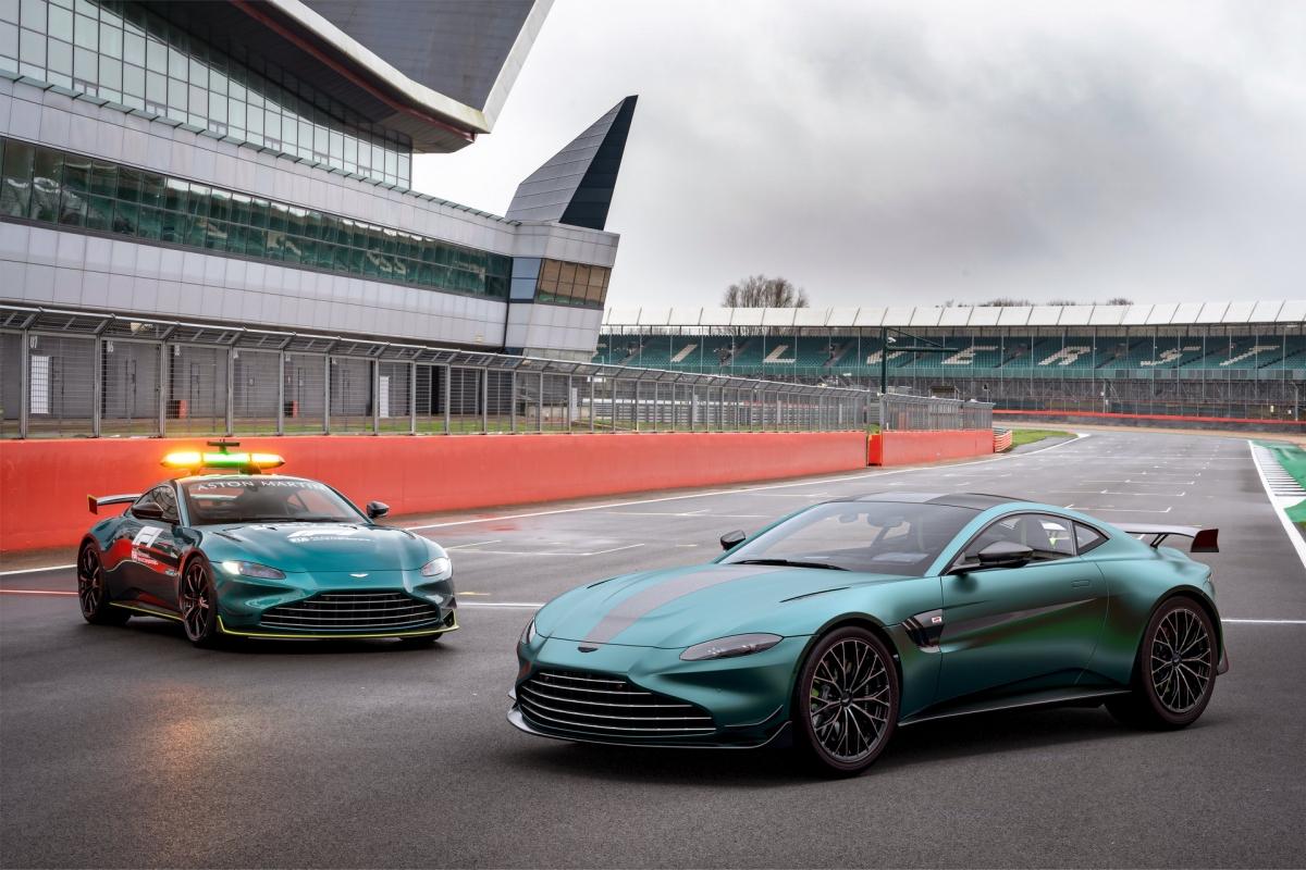 Bên dưới nắp ca-pô, Aston Martin Vantage F1 Edition vẫn được trang bị khối động cơ V8 tăng áp kép M178 quen thuộc. Động cơ này được trang bị bộ tăng áp kép bi-turbo nhưng được tinh chỉnh để cho ra công suất cực đại 528 mã lực, cao hơn 25 mã lực so với Vantage tiêu chuẩn và mô-men xoắn tối đa 685 Nm.