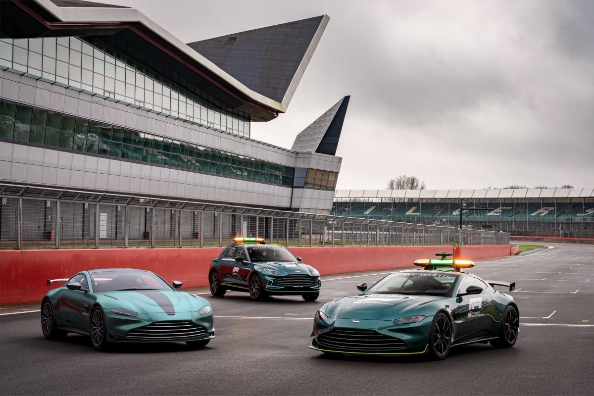 Aston Martin sẽ bán ra phiên bản đặc biệt này của Vantage ở cả cấu hình Coupe và Roadster. Giá bán khởi điểm của mẫu xe này ở mức 142.000 bảng Anh tại thị trường quê nhà Anh quốc và 162.000 Euro tại thị trường Đức. Những chiếc xe đầu tiên sẽ bắt đầu được bán ra từ tháng 5.