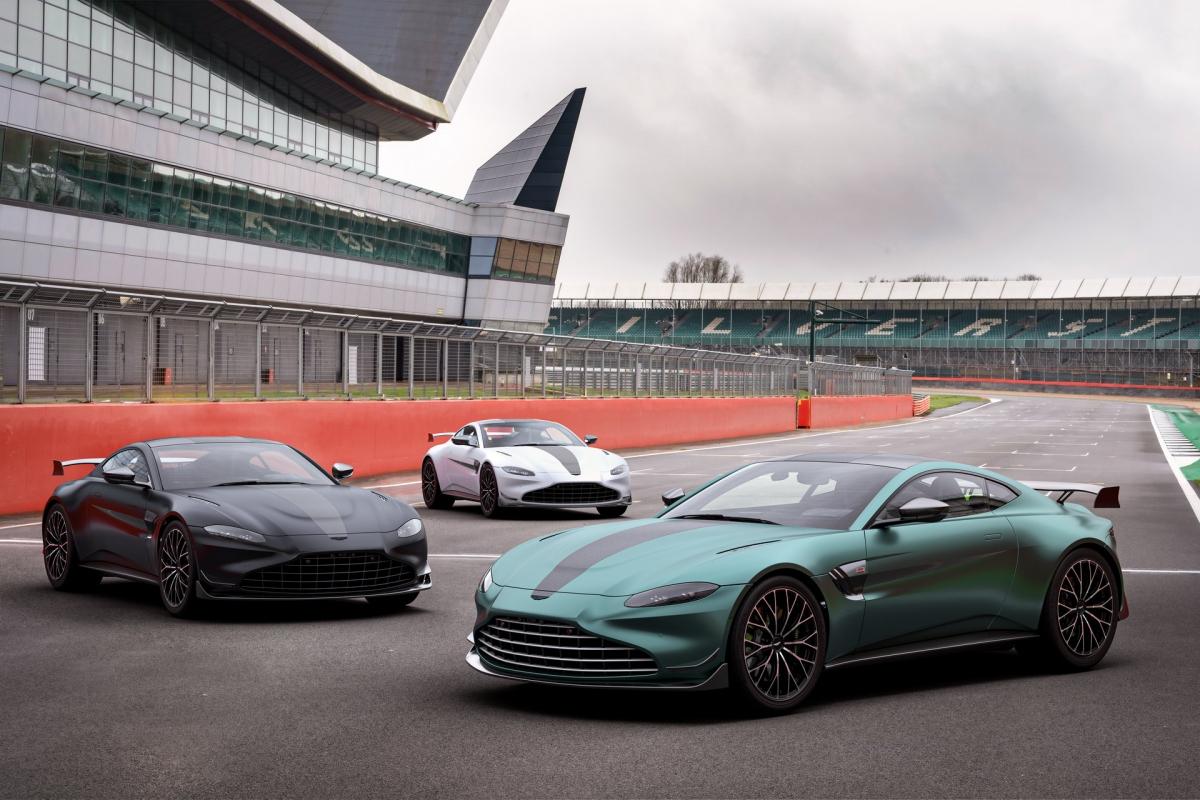 Aston Martin bán ra Vantage F1 Edition với màu sơn tiêu chuẩn là Aston Martin Racing Green, giống với màu mà họ sử dụng trên chiếc Vantage xe an toàn của giải đua này.