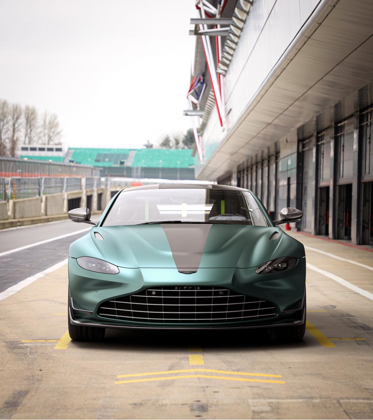 Hãng xe Anh quốc cho biết sức mạnh này sẽ giúp xe có được khả năng bám đường tốt hơn và thời gian sang số nhanh hơn. Các kỹ sư của hãng cũng đồng thời thiết kế lại hộp số với khả năng chuyển số nhanh hơn cũng cảm giác trực tiếp hơn.