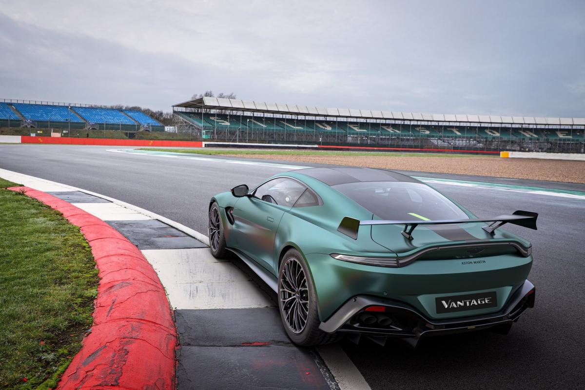 Ở ngoại thất, phiên bản này có được gói nâng cấp khí động học đặc biệt có khả năng tạo ra lực ép 200 kg. Ngoài ra, logo F1 cũng được trang bị thêm hai bên thân xe trong khi phía trước, lưới tản nhiệt sử dụng loại lưới không viền mới.