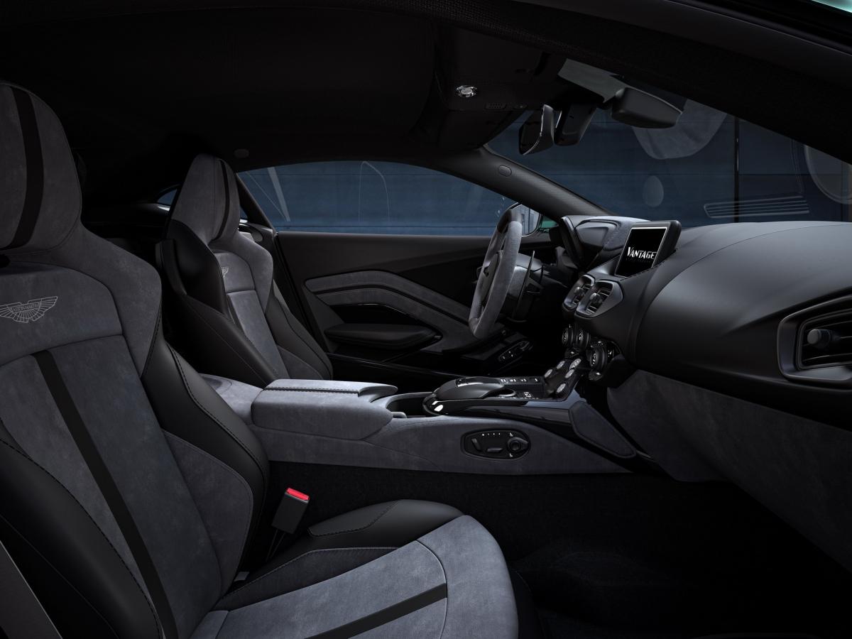 Khoang lái của Vantage F1 Edition được bọc da màu đen kết hợp cùng vật liệu Alcantara màu xám với các đường nét tương phản nổi bật với màu xanh lá (Lime Essence).