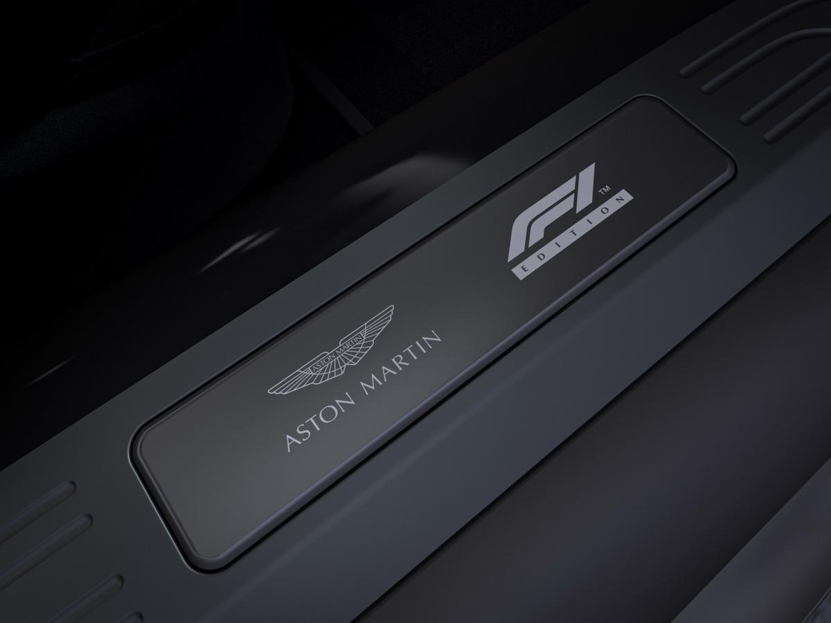 """Ở bệ cửa, logo Aston Martin và tên bản đặc biệt """"F1 Edition"""" sẽ được khắc trên một tấm kim loại."""