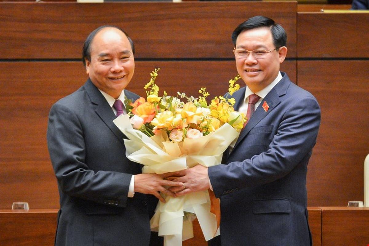 Sau khi Quốc hội chính thức miễn nhiệm Thủ tướng Chính phủ, Chủ tịch Quốc hội Vương Đình Huệ chúc mừng đồng chí Nguyễn Xuân Phúc hoàn thành xuất sắc nhiệm vụ.