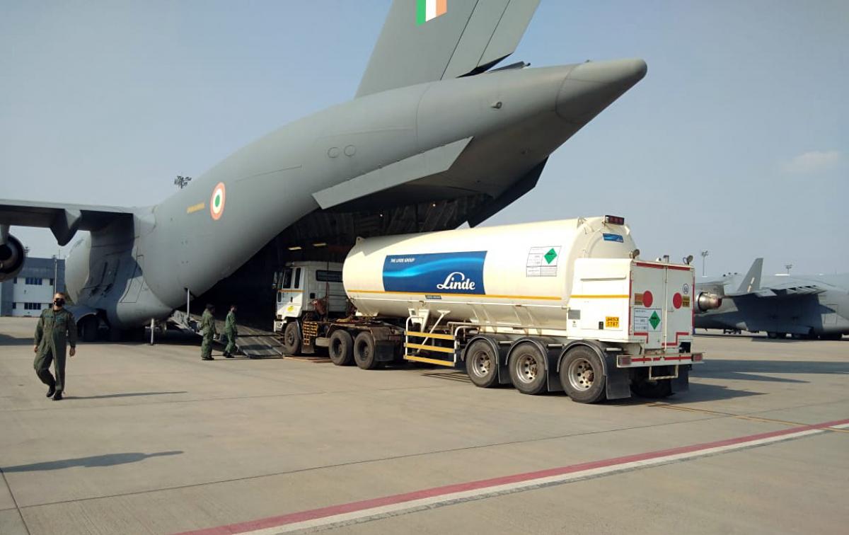 Máy bay vận tải C-17 của Không quân Ấn Độ đang tiếp nhận các bồn chứa oxy tại sân bay Changi Singapore. Nguồn: ANI