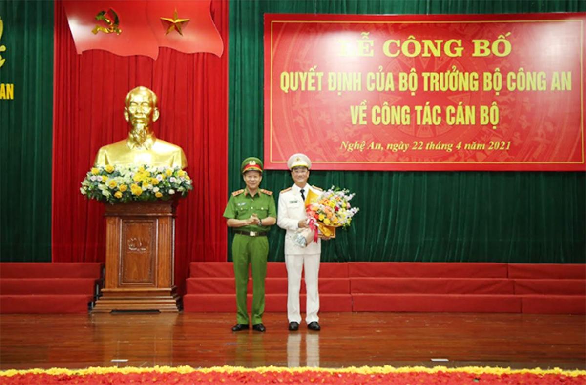 Thứ trưởng Lê Quý Vương (trái) tặng hoa chúc mừng Đại tá Phạm Thế Tùng, Giám đốc Công an tỉnh Nghệ An. Ảnh: CAND