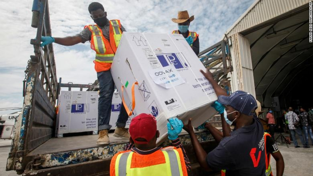 Các thùng vaccine AstraZeneca do Viện Huyết thanh Ấn Độ sản xuất và cung cấp thông qua sáng kiến COVAX đã đến Mogadishu, Somalia vào ngày 15/3. Ảnh: CNN