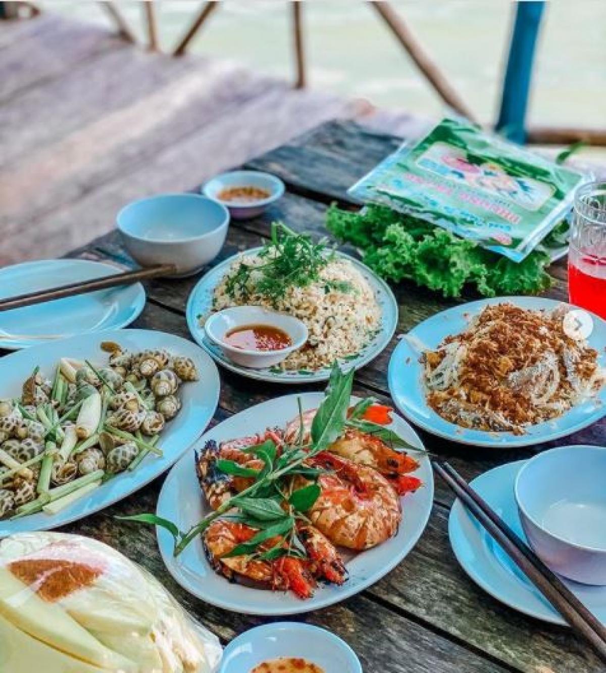 """Hải sản tươi ngon tại Hàm Ninh là món ăn """"must try"""" của mọi du khách"""