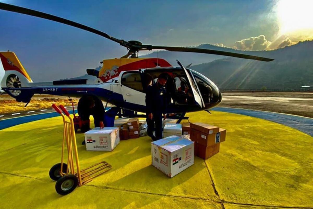 Trực thăng phân phối vaccine đến những vùng núi xa xôi của Bhutan. Ảnh: Bộ Y tế Bhutan
