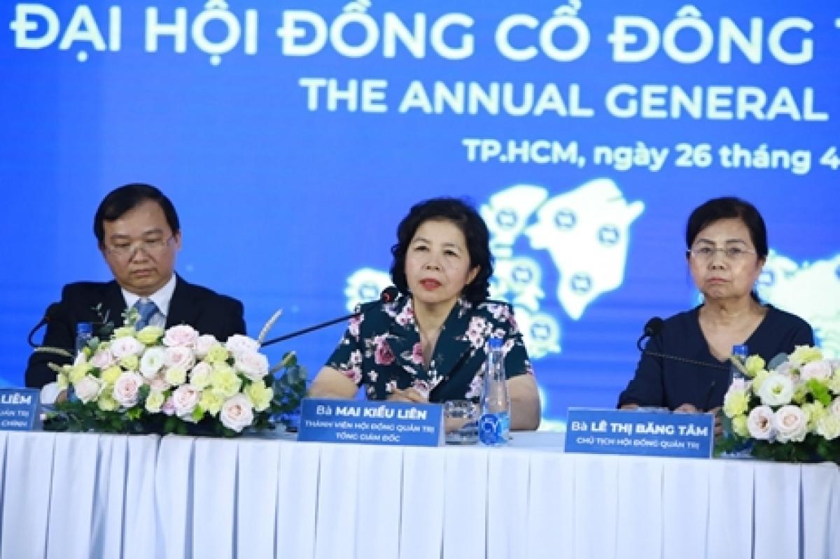 Bà Mai Kiều Liên - Tổng Giám đốc Vinamilk trả lời các câu hỏi của cổ đông.