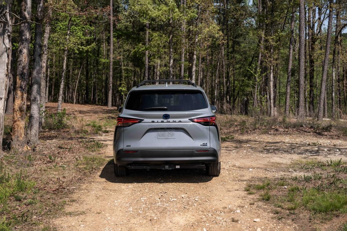 Toyota cũng đã nâng hệ thống treo lên thêm 0,6 inch đi kèm với hệ thống lái bốn bánh Hybrid tiêu chuẩn, sức kéo lên tới 1.575 kg và bộ mâm hợp kim 18 inch dành riêng cho phiên bản đặc biệt này.