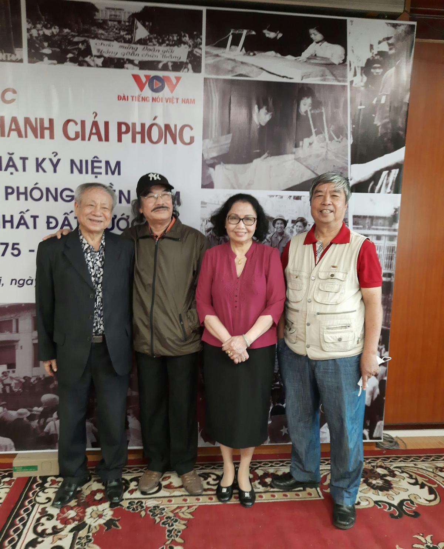 Ba người làm chương trình 30/4/75 là các nhà báo Trần Đức Nuôi (ảnh trái), Nguyễn Thị Kim Cúc và Trương Cộng Hòa (ảnh phải).