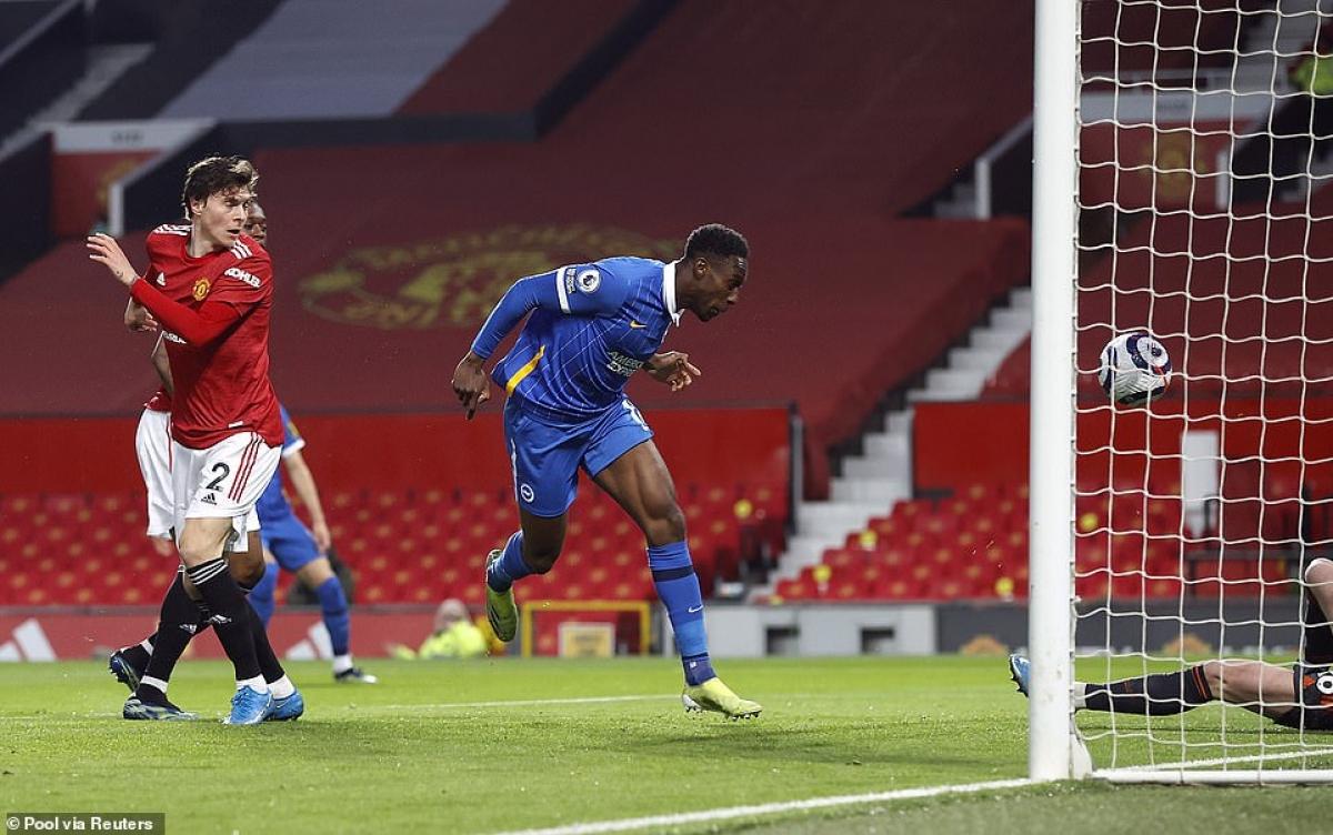 Danny Welbeck ghi bàn mở tỷ số cho Brighton sau 2 nỗ lực dứt điểm liên tiếp ở phút 13.