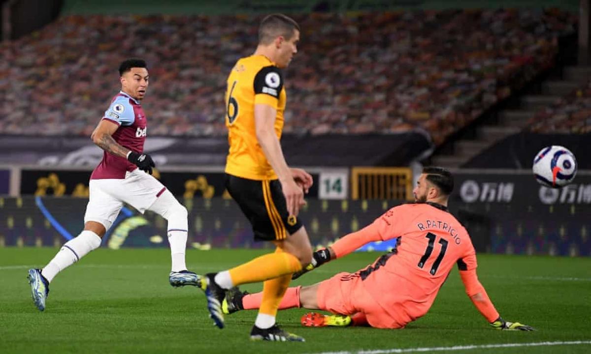Jesse Lingard bứt tốc từ bên phần sân nhà, loại bỏ sự đeo bám của 2 cầu thủ Wolves trước khi hạ gục thủ môn Rui Partricio bằng cú sút chéo góc.