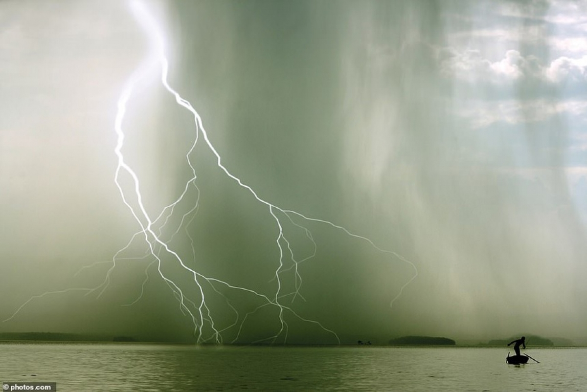 The image of the lightning storm occurring in Ha Long Bay is among the most amazing images chosen by MailOnline. As author of the books, Ford explains that lightning occurs when electricity travels between two areas of particles which are oppositely charged.