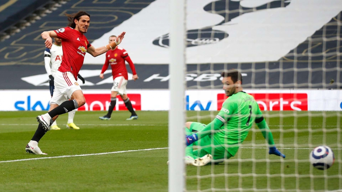 Edinson Cavani thoát xuống sút tung lưới Tottenham.