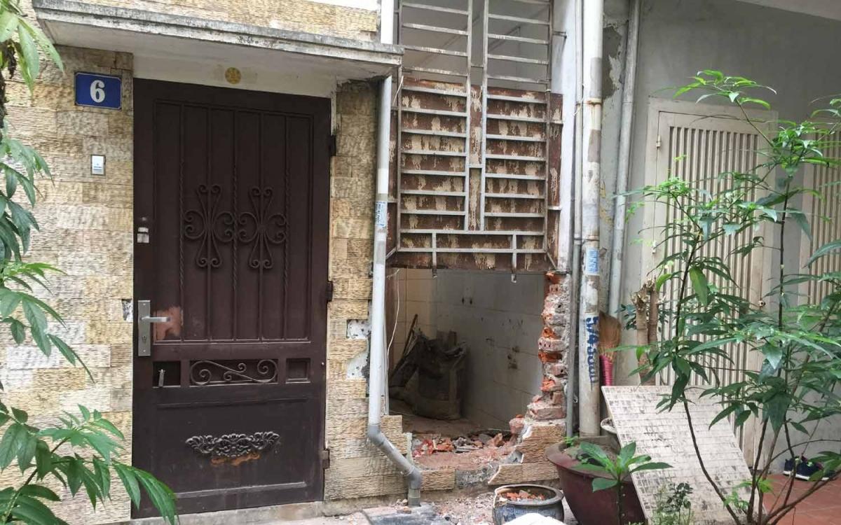 Ông Việt tiếp tục phá dỡ hoàn toàn phần tường phía sau nhà làm cửa ra vào, bất chấp vụ việc đang trong thời gian chờ UBND phường Láng Hạ giải quyết (Trong ảnh: 3 cửa ra vào của 3 gia đình sát nhau).