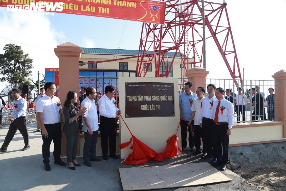 Các đại biểu cắt băng khánh thành Trung tâm Phát sóng Quốc gia Chiêu Lầu Thi. (Ảnh: VTCNews)