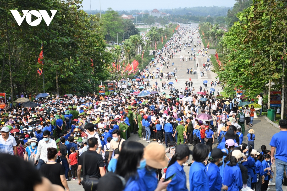Lines of people head to the Hung Kings' Temple in order to pay their respect and gratitude to the ancestors of the Vietnamese people.