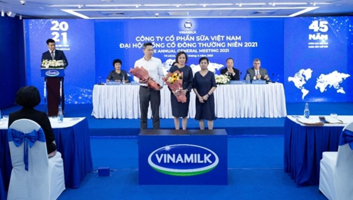 Bà Lê Thị Băng Tâm, Chủ tịch Hội đồng quản trị Vinamilk chúc mừng 2 thành viên mới tham gia Hội đồng quản trị.