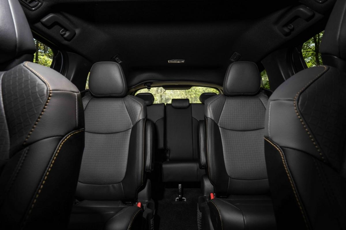 Bên trong cabin, khách hàng sẽ tìm thấy ghế ngồi thể thao màu đen với những đường chỉ khâu nổi màu vàng độc đáo, ghế captain ở hàng ghế thứ hai, cách bố trí ghế ngồi và khoang hành lý linh hoạt, cửa trượt mở bằng cách đá chân, 7 cổng sạc USB ở 3 hàng ghế, hệ thống âm thanh JBL với 12 loa.