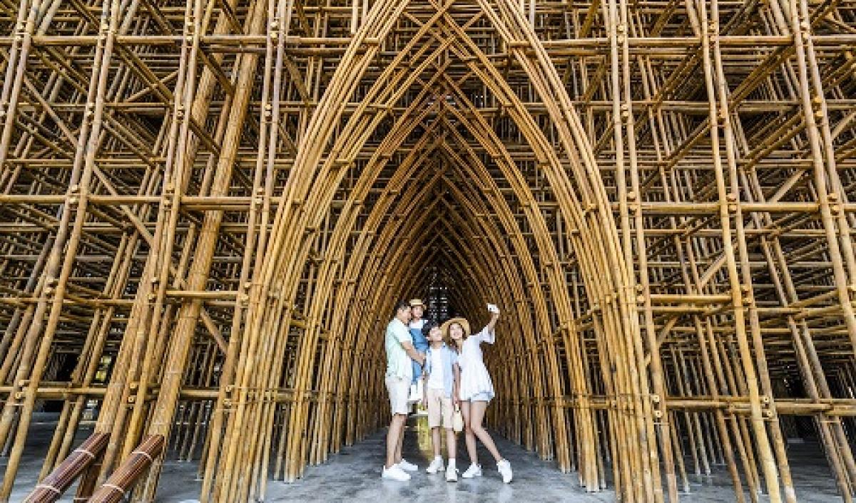 """Ngay sau buổi lễ khai trương, rất nhiều người đã nhanh chân trải nghiệm một trong những kỉ lục vừa được công nhận tại Phú Quốc United Center: Công trình tre lớn nhất Việt Nam - Bamboo Legend. Đây có lẽ là một trong những điểm check-in """"nóng"""" nhất của du khách."""