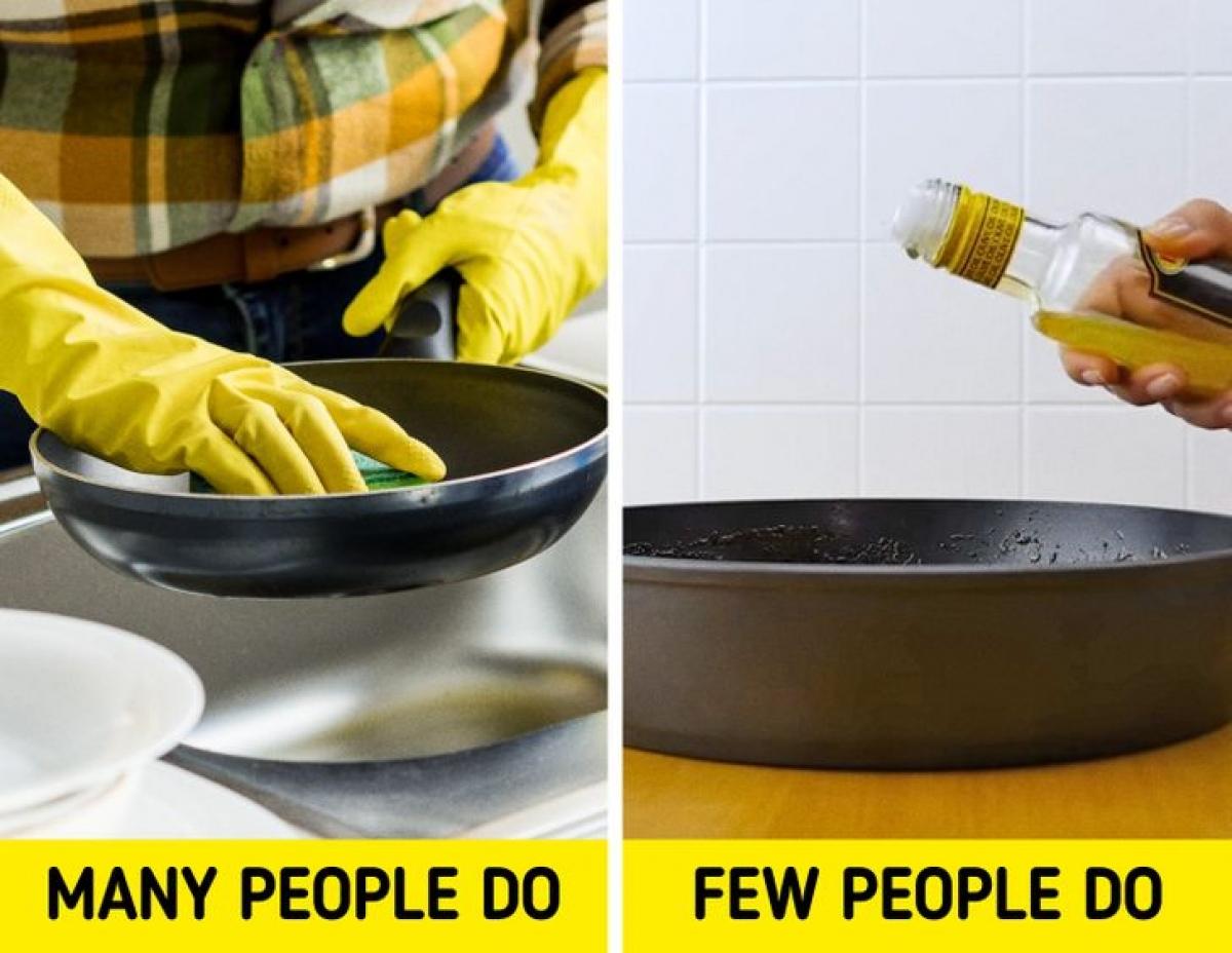 Ngay cả những sản phẩm tẩy rửa mạnh nhất không phải lúc nào cũng có thể loại bỏ hết cặn bẩn và nếu làm quá mạnh tay, bạn có thể làm hỏng bề mặt chảo. Nhưng có một cách rất hiệu quả để loại bỏ cặn bẩn, đó là đổ một ít dầu lên chảo và cho vào lò nướng trong 20 phút. Phần cặn bẩn sẽ tan chảy và chuyển thành dạng lỏng, giúp bạn loại bỏ vết bẩn dễ dàng.