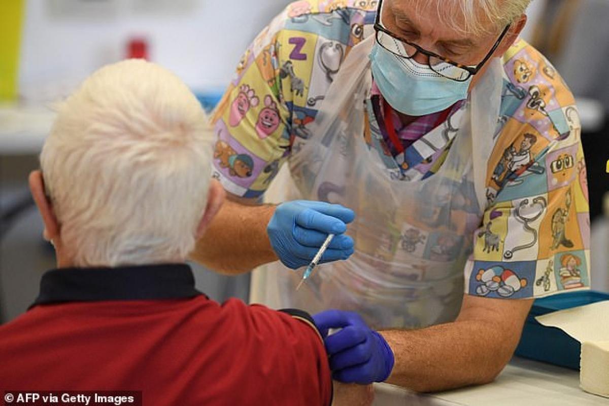 Nghiên cứu mới nhất của các nhà khoa học Anh cho thấy hiệu quả bảo vệ thực tế của vaccine COVID-19 AstraZeneca vàPfizer. Ảnh: AFP/Getty