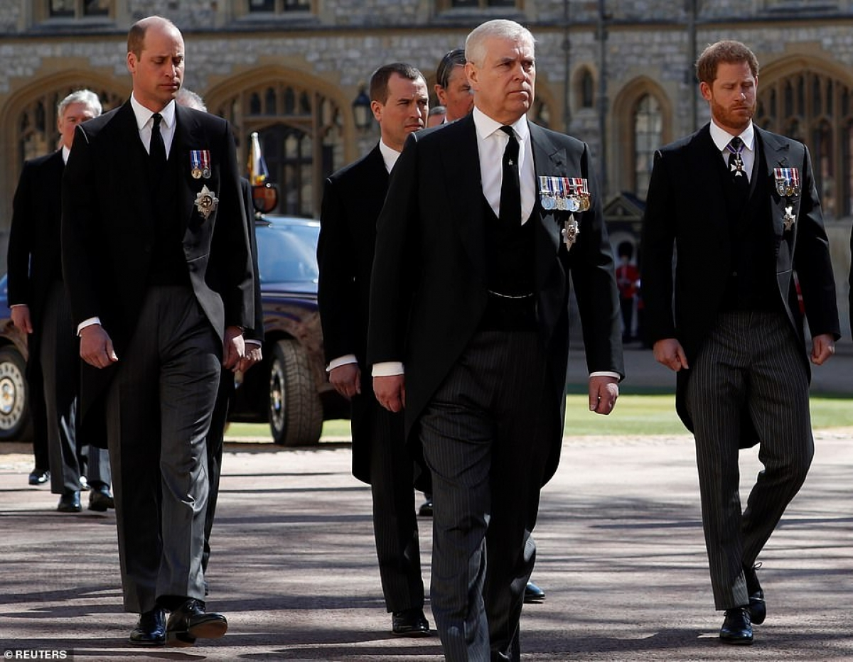 Hoàng tử Harry (ngoài cùng bên phải) và anh trai là Hoàng tử William (ngoài cùng bên trái) tại lễ tang. Ảnh: Reuters