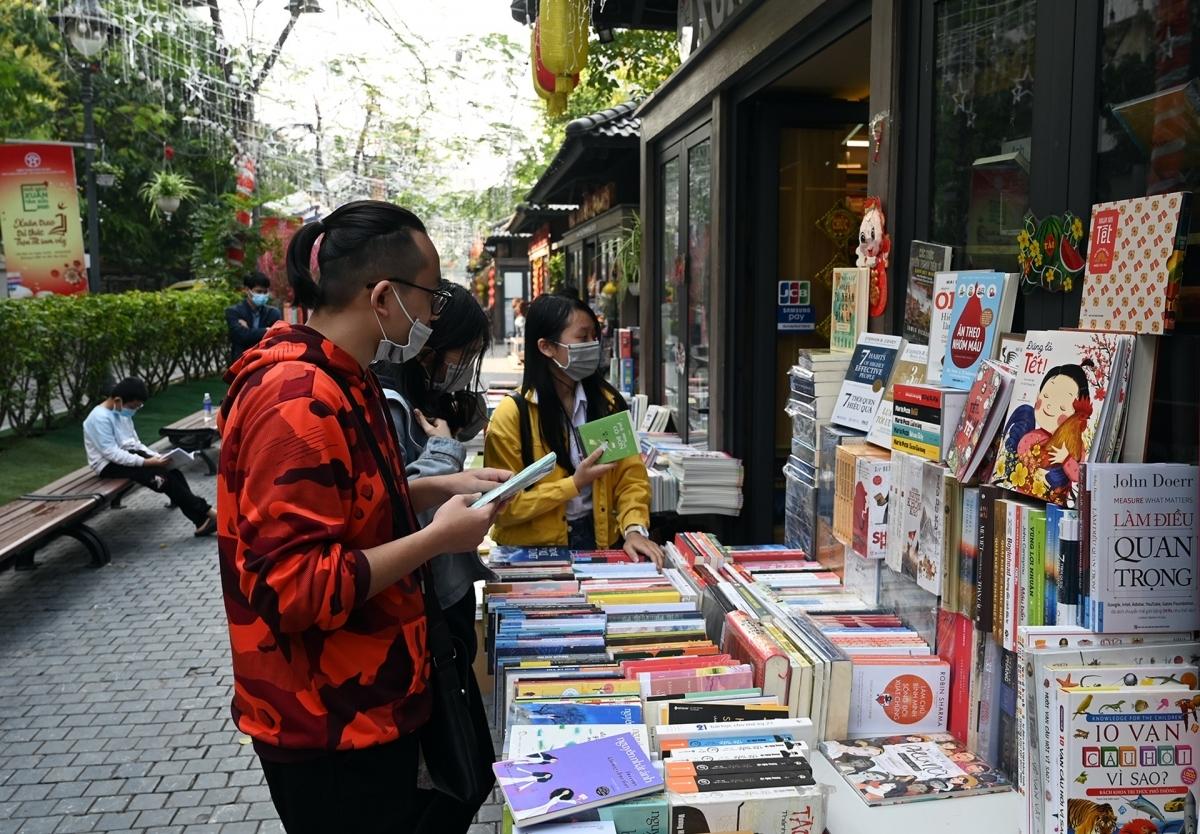 Nhiều bạn trẻ tìm đến đây để mua sách.