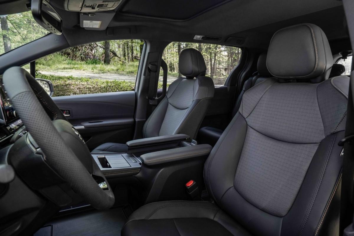 Giống như những chiếc Sienna thông thường, hệ thống Hybrid AWD sử dụng động cơ điện riêng biệt để cung cấp năng lượng cho bánh sau, bổ sung thêm lực kéo tức thì ở mọi tốc độ.