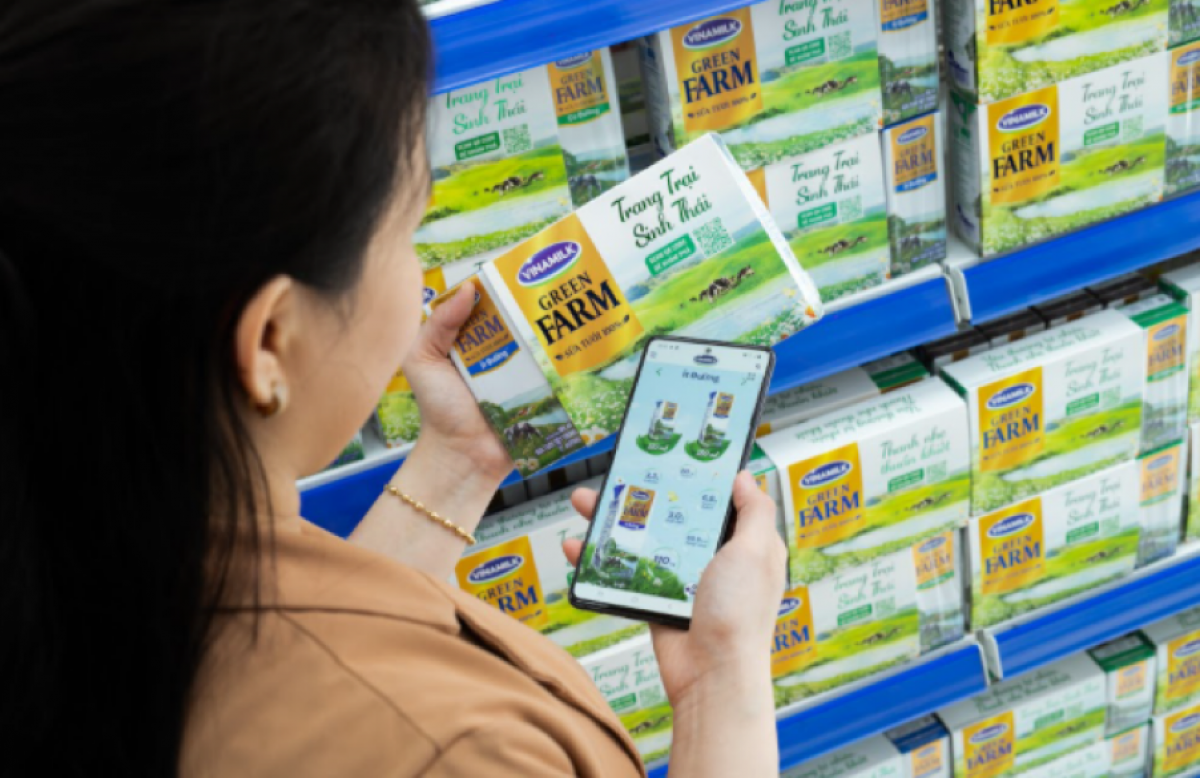 Người tiêu dùng scan QR code để tìm kiếm thông tin về Sữa tươi Vinamilk Green Farm.